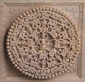 Het nu van Vedische astrologie: inzichtelijk maken en beïnvloeden van Karma, de verbondenheid met alles zoals uitgebeeld in een ornament in een Jaïnistische tempel in Ranakpur, India (CC Wikimedia)