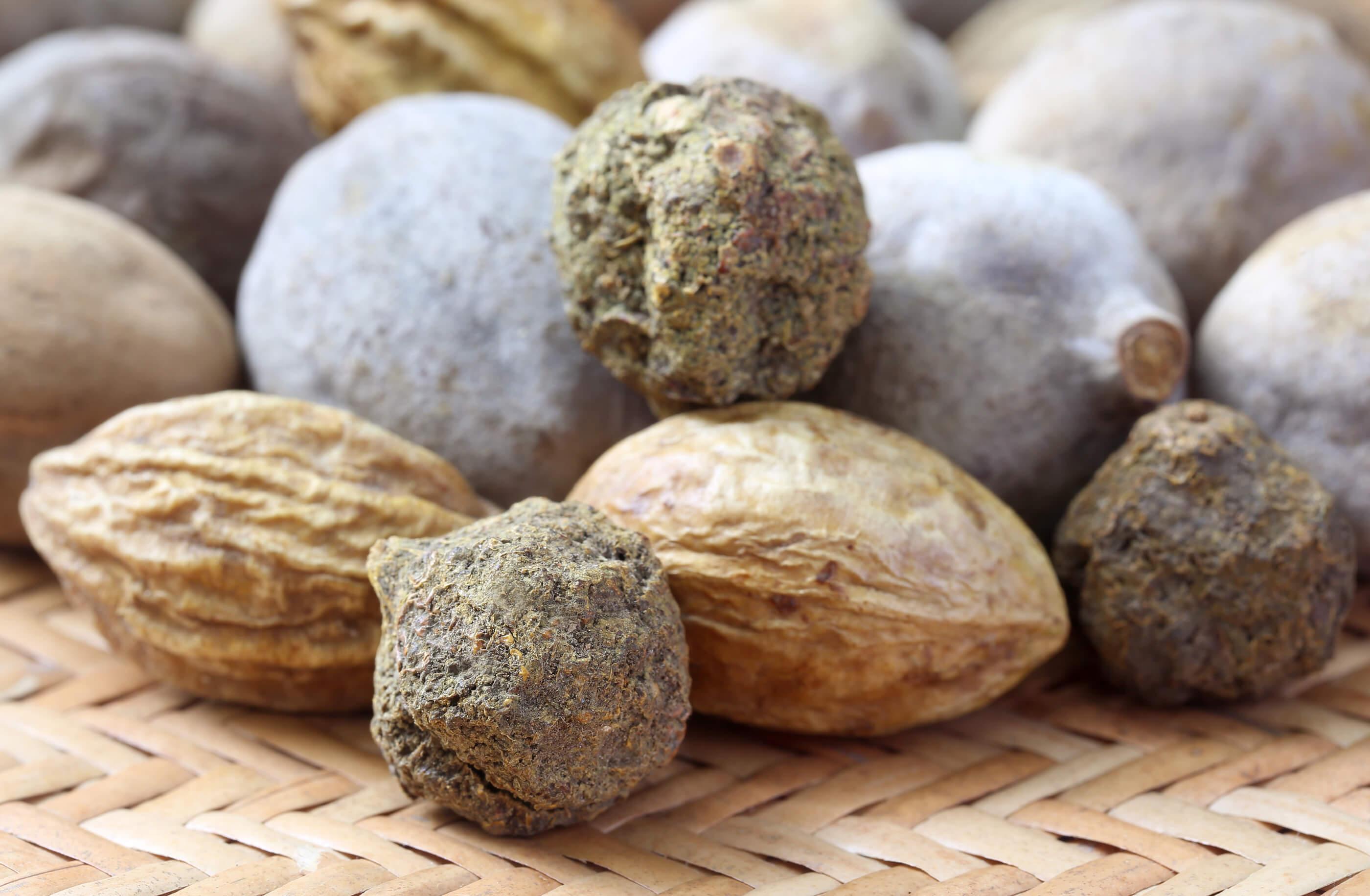 Triphala: de gedroogde vruchten van amalaki (Emblica officinalis), haritaki (Terminalia chebula) en bibhitaki (Terminalia belerica)