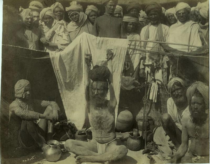 India, ca. 1880. Yogi die armen constant omhoog houdt. Foto door T. A. Rust (Yoga komt uit Denemarken)