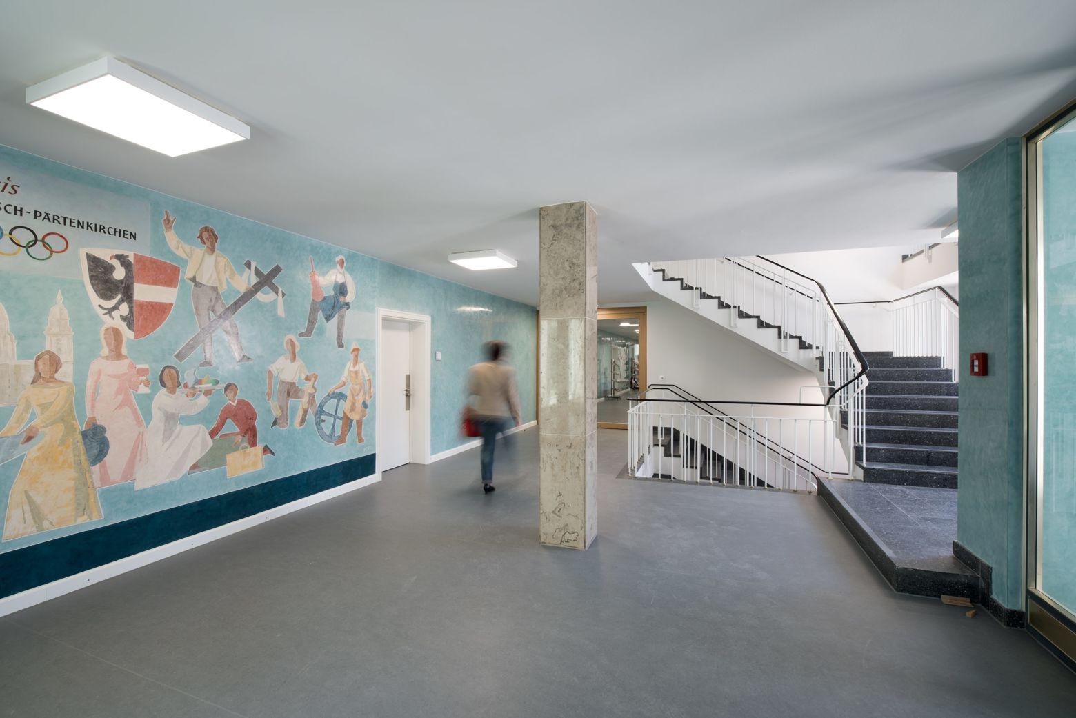 Eingangshalle mit Wandgemälde
