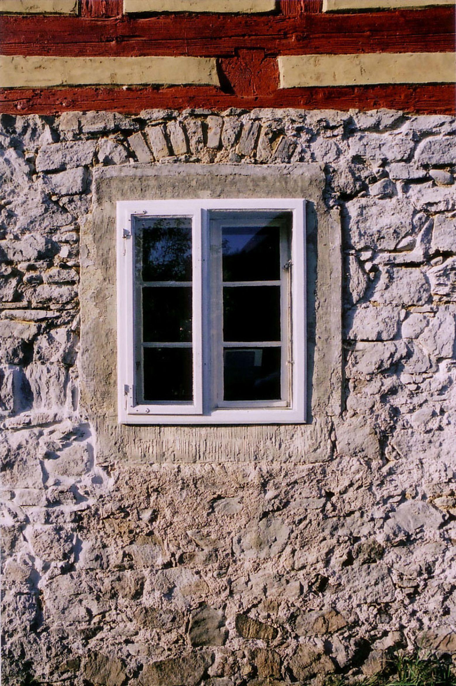 Kastenfenster in Bruchsteinwand