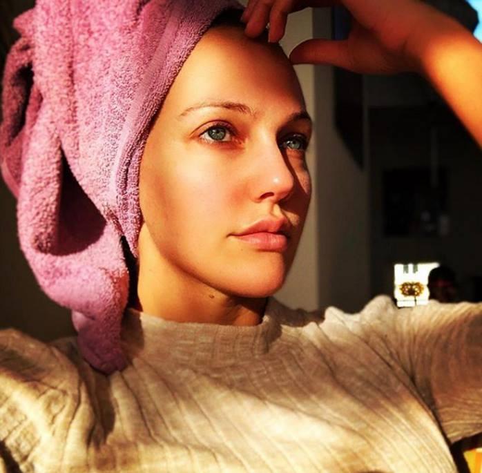 Все повседневно: Узерли без макияжа и с тюрбаном из полотенца предстала на утреннем селфи