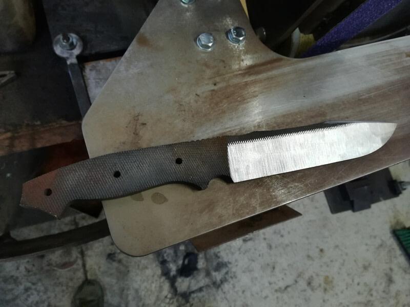 Nóż Paczesny Tech - Głownia w trakcje obróbki