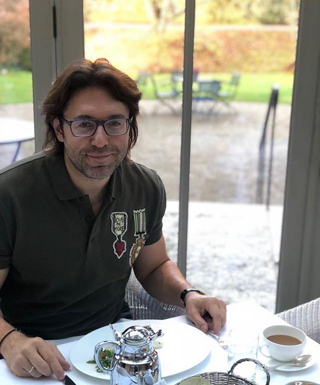 Мальчик-тюльпанчик: Андрей Малахов ненавязчиво обнажил торс в шелковом халате