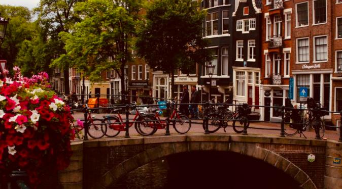 Amsterdam, to jsou kola a kanály