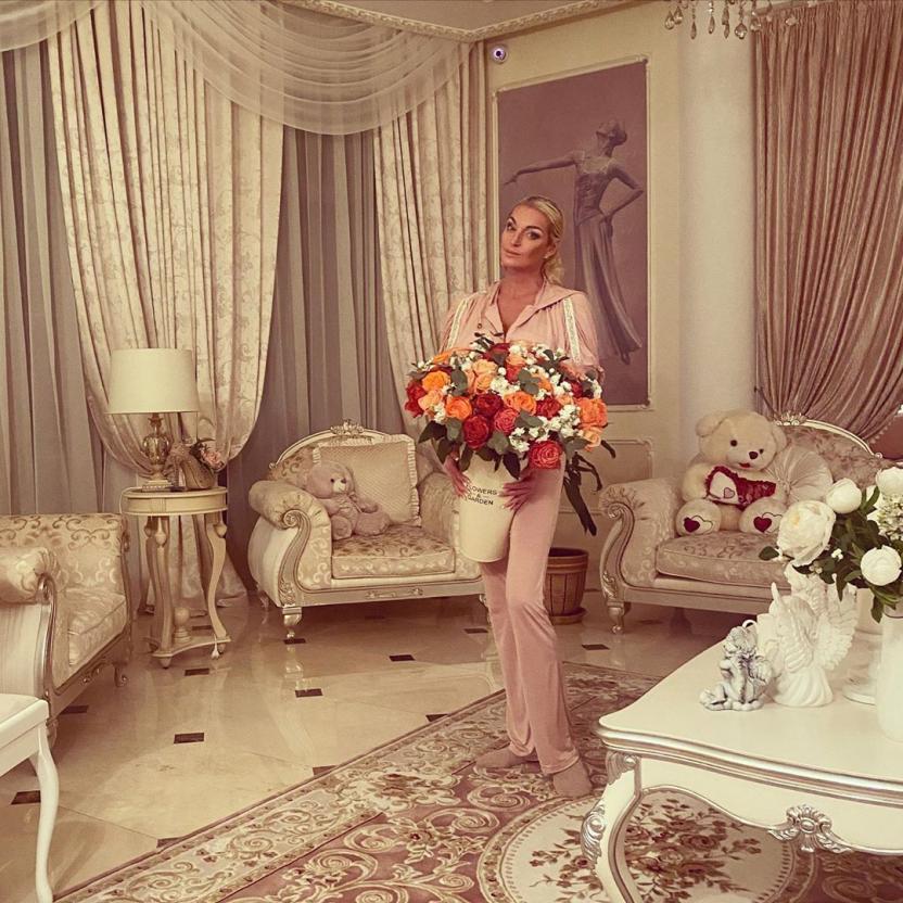 """Анастасия Волочкова показала свадебное платье в комплекте с """"праздничными"""" тапочками и защитной маской"""