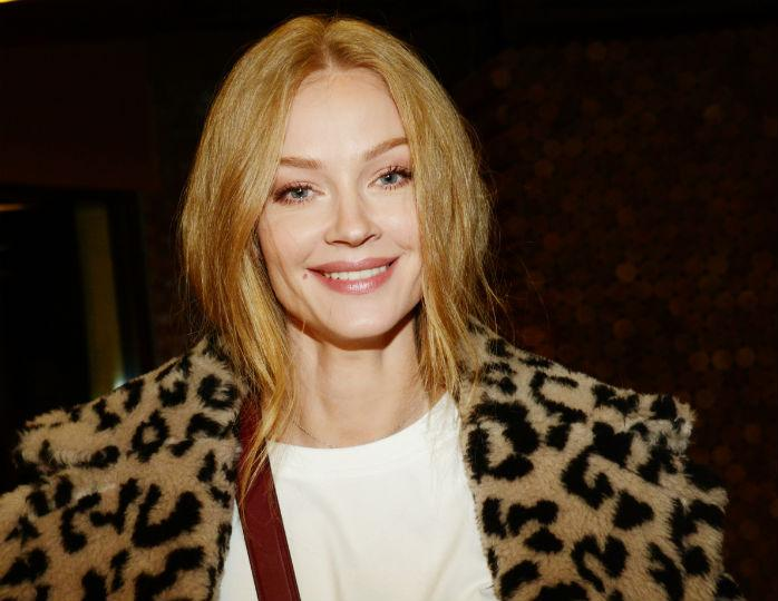 «Какая утонченная»: Ходченкова в джинсовой куртке оверсайз отправилась на прогулку с собакой