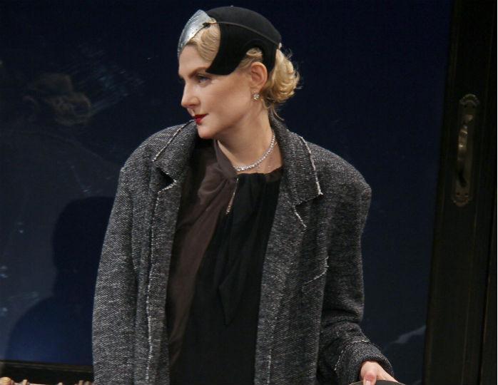 Литвинова примерила стильный тренч песочного цвета с оборванным подолом