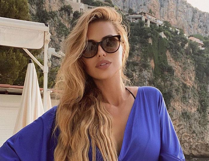 Изысканная красота: Виктория Боня в ультрамариновом платье-халате засветила роскошную грудь