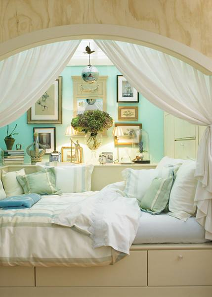 This home decor looks really like a comfy spot to me. This bedroom decor looks so delicate but aged