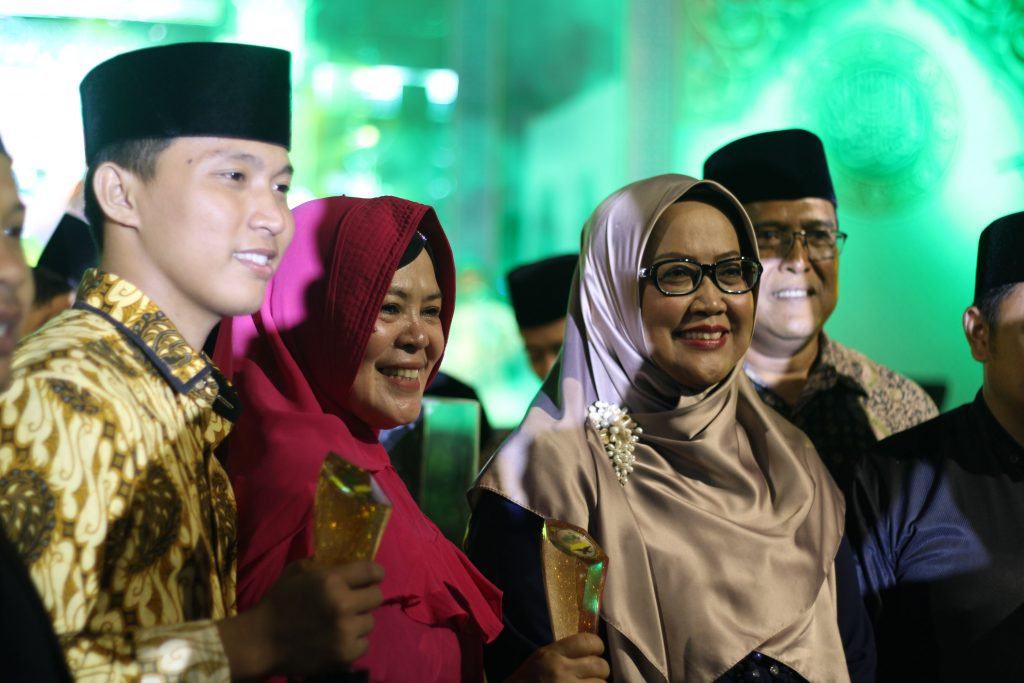 Bupati kabb Bogor Hj. Ny. Ade Yasin bersama Salah Satu Juara MTQ kab Bogor ke 42