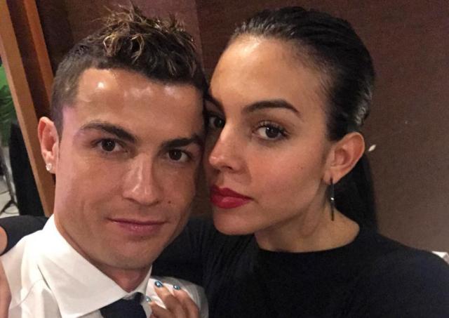 Джорджина Родригес поделилась видео с Роналду и дочкой