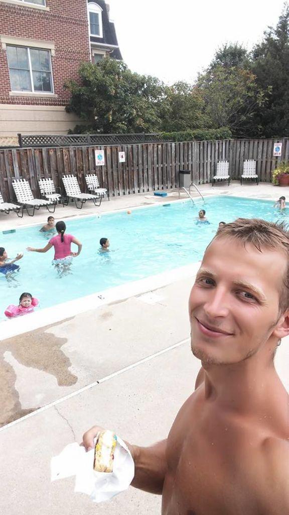 """Jednoznačně nejlepší den na bazénu, aneb moje narozky a """"dárky"""" v podobě zmrzky, pizzy, všech typů sodovek, sladkostí a chipsů. Arlington 2016"""