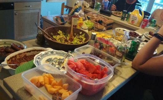 Stůl plný chutného jídla