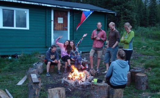 Petra s přáteli u táboráku