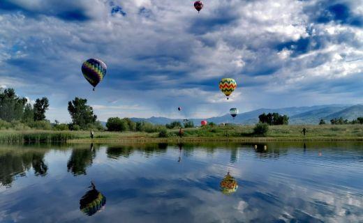 Let balónů nad jezerem