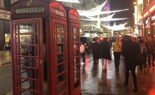 Pohled na Vánoční ulici v londýně