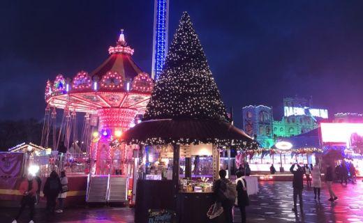 Náměstí v Londýně plné vánočních světílek