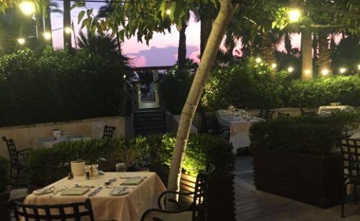 Venkovní zahrádka hotelu na Kypru večer