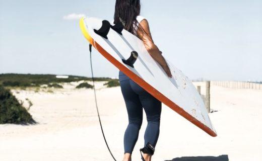 Linda se surfem na pláži v Ocean City