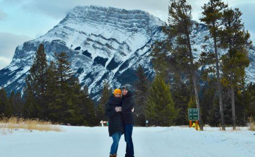 Společná fotka Michala a Kristýny z zimní procházky Banffem