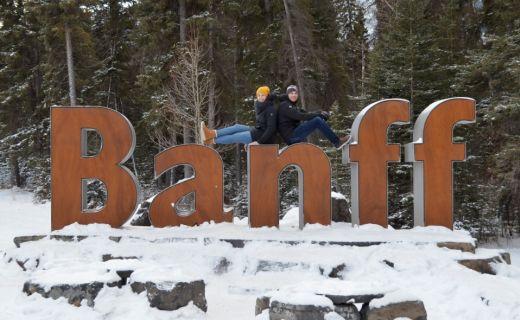 Michal s Kristýnou sedí na obřím nápise Banff