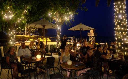 Večerní zahrádka restaurace ve španělském resortu