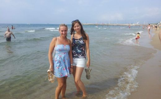 Dvě dívky na španělské pláži