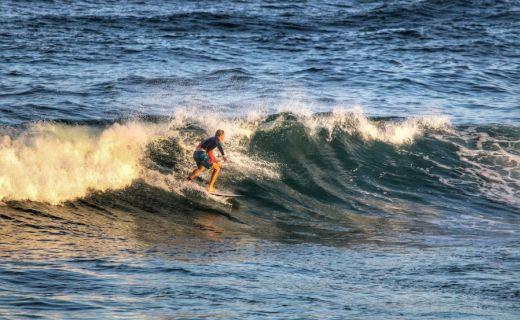 Mladík serfuje na vlnách