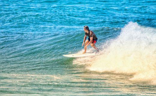 Mladík na surfu