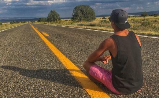 Chlapec sedí na Route 66