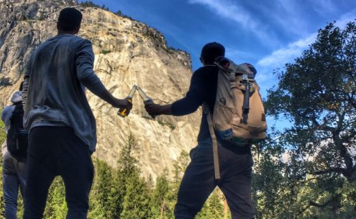 Dva kluci si ťukají pivem v horách