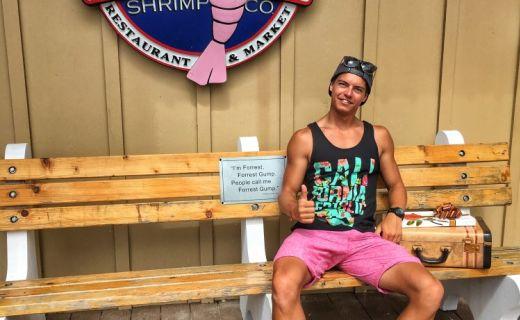 Kluk sedí před restaurací Bubba Gump