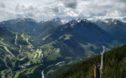 Pohled z hor na údolí