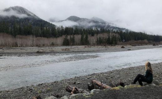 Pavlína sedí u řeky v Kanadě