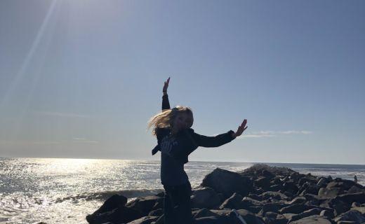 Dívka skáče na krásném útesu
