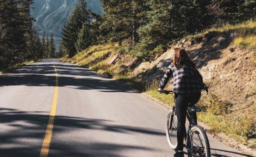 Divka jede na kole