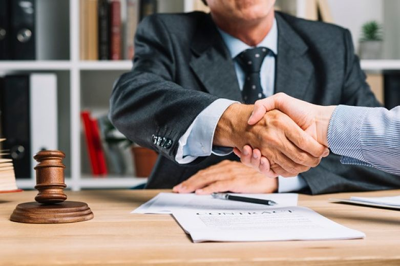 advogado apertando mão do cliente