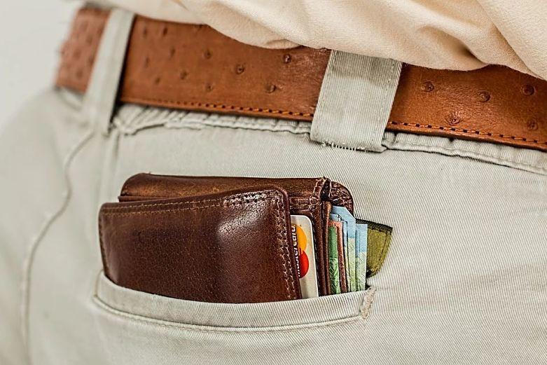 carteira cheia no bolso da calça