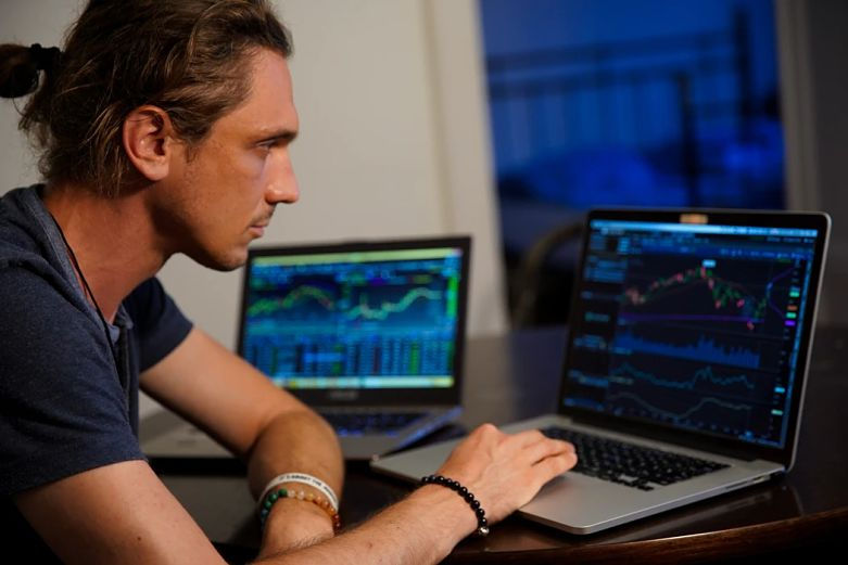 homem analisando gráficos