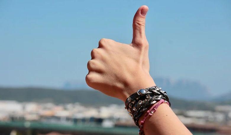 sinal de positivo com mão