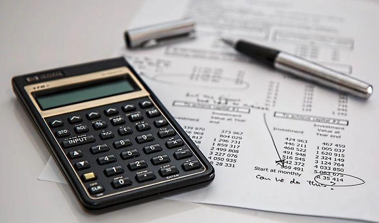 calculador folha de cálculos e caneta