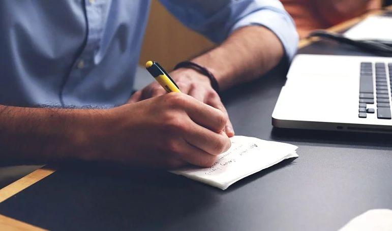 pessoa escrevendo o bloco de notas