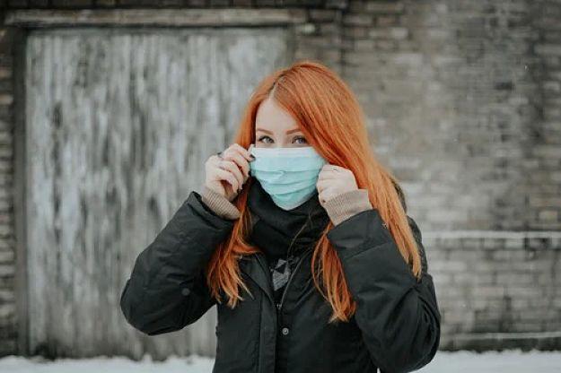 mulher com máscara cirúrgica