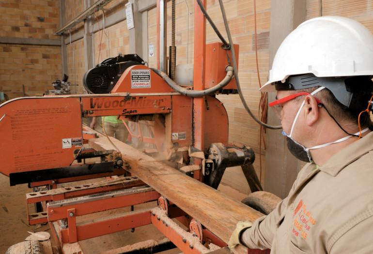 LT40 super sawmill sawing a board