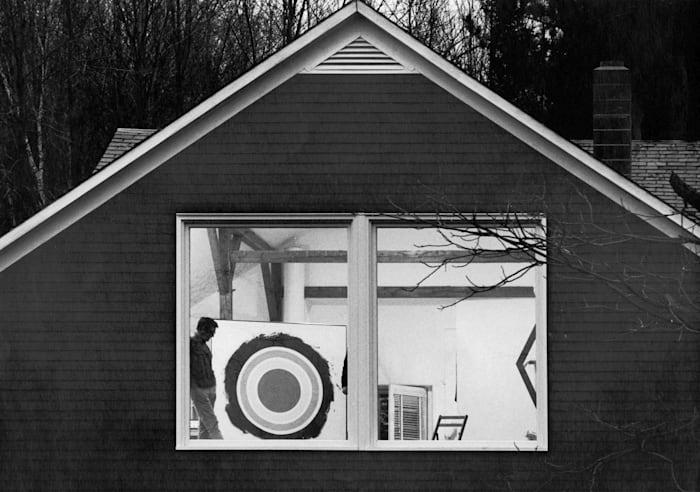 Kenneth Noland nella sua casa nel Vermont, South Shaftserbury by Ugo Mulas