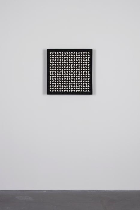 129/425 Weisse Dreiecke auf schwarz by Gerhard von Graevenitz