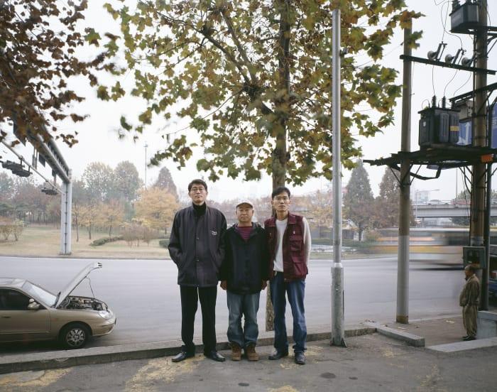 Hwang Yi Min, Yu Man Hyeong, Park Jun Kyu (devant le bâtiment des syndicats), Séoul by Bruno Serralongue