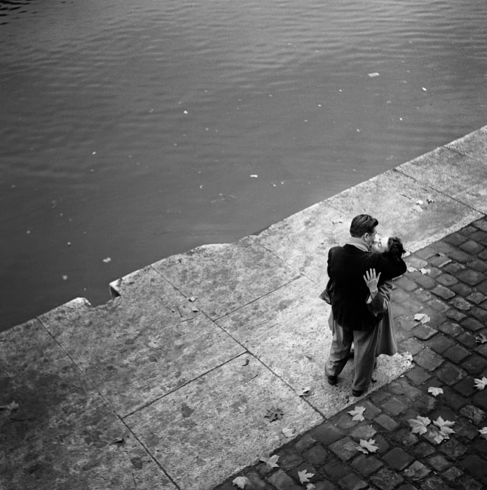 Kissing couple by Seine by Ed van der Elsken