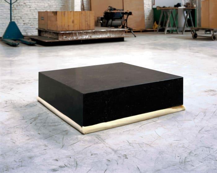 Un bloc de pierre de 80x80x20cm sur un bloc de polyuréthane de 80x80x23cm by Didier Vermeiren